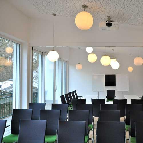 Heller Tagungsraum / Seminarraum Atelier mit Flatscreen, Beamer und Leinwand in Köln / Bergisch Gladbach