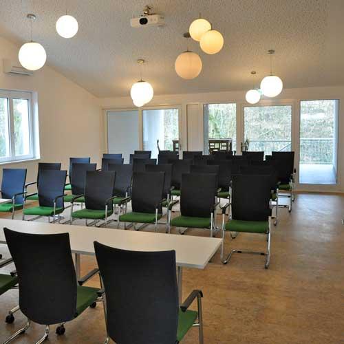 Heller Tagungsraum / Seminarraum Galerie mit Beamer und Leinwand in Köln / Bergisch Gladbach